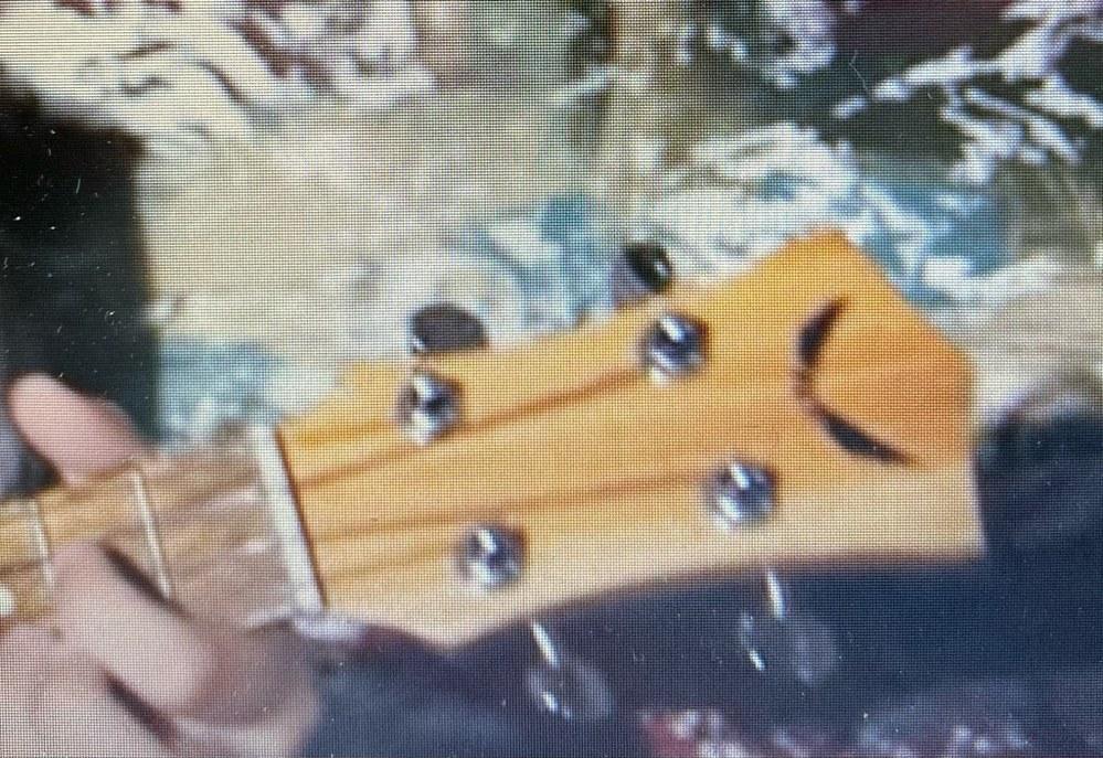 どこのメーカーのウクレレですか? 写真のロゴを使っているのは、何というメーカーでしょうか? 楽器はウクレレです。
