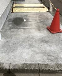新築の外構でコンクリートを打ってもらいましたが、雨が降ると1ヶ所、50〜70センチ程の水溜りが出来ます。 この水溜りもなかなか消えません。 引き渡し前の為、ダメ元で業者に確認したところ、この部分は駐車ス...