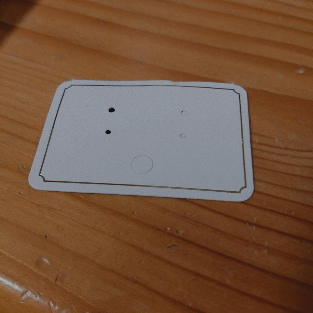 ネットで、友人へのプレゼント用にイヤリングを購入しました。この台紙が入っていたのですがどのようにイヤリングをセットすればいいか教えてください。穴を切り抜くのかなと思ってしまって片方開けてしまいま...