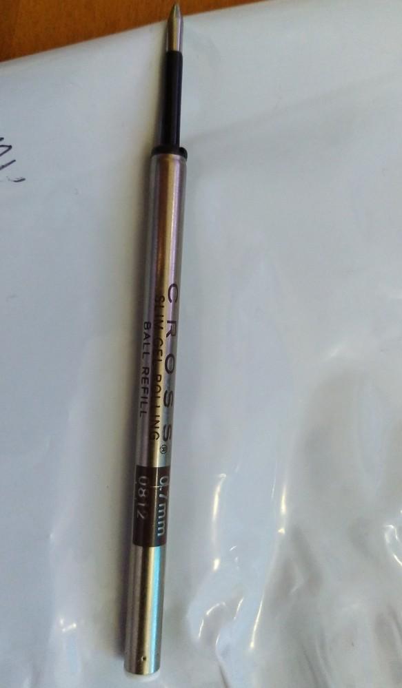 以前、こんな質問をしました。 Cross のボールペンを昔にもらったのですが、替え芯が欲しいのですが、見つかりません。替え芯には、 0812と書いてあります。 同じ物でもいいですが、最悪代替え品でもいいです。売っているサイトや商品について教えて下さい。 回答でMIRUBISHIのSKー8が良いよあったので、購入しましたが合いませんでした。私の情報不足もあったので、回答者に方には本当に申し訳なかったと思います。 写真を追加して、また質問をさせてもらいます。 替え芯があれば教えてください。 よろしくお願いします。