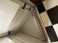大変汚い写真ですみません。 自宅の浴室の劣化についての質問です。 家を建てて20年が経過しました。 HITACHI製の中折れ戸が劣化しており 浴室床の部分に引っかかり、部分的に 割れてしまいました。(写真中...