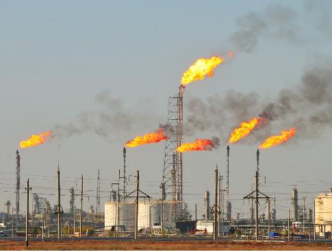 現在、油田地帯では、図のように余った天然ガスを燃やしています。ただ、無駄に燃やしているだけです。明らかに間違ってますよね? 何故、燃やすか言うと、地球温暖化対策だそうです。大気中の天然ガスは、二酸化炭素の何倍も地球温暖化の原因に成るので、天然ガスを燃やして、二酸化炭素にして大気中に放出するわけです。 しかし、科学者の中には、武田邦彦先生のように、そんな事をする必要は無いと言っている人も居ま...