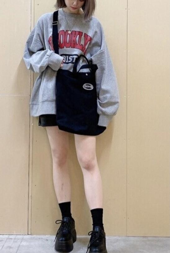 かわいい服ばかり着てたのですが、こういうようなかっこいい? 服を着たいなと思いました。オススメのブランドやショップはありますでしょうか?実店舗でも可です。 また、このような服のジャンルはなんというのでしょうか? (当方10代後半のためなるべくコスパが良いところがいいです!)