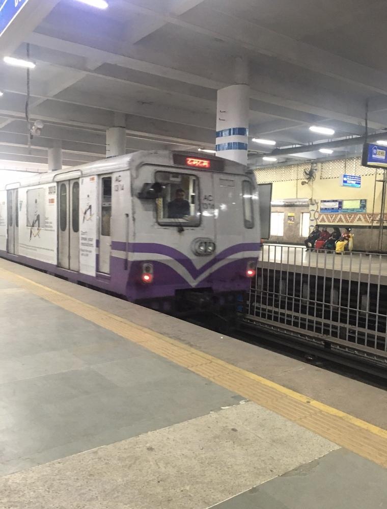 海外旅行先で初めて鉄道に乗ったのは、どこでしたか。また、一番最近は、どこでしたか。 その時の印象、感想など教えて下さい。 因みに、私の初めては37年前の香港の地下鉄です。デザインが未来的でカッコいいなと思いました。 一番最近は昨年のコルカタの地下鉄です。画像がそれです。個性的な顔でした。