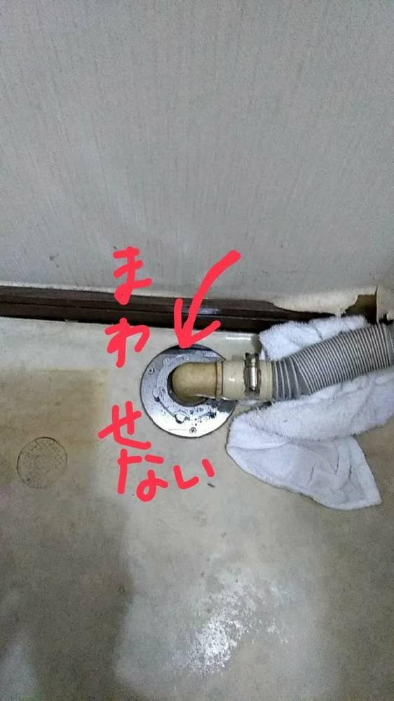 写真の留め具が硬くて回せません。どの様な工具を使用すればいいか教えて下さい。 洗濯機の排水ホースと排水口を留めている大きな輪っか状のネジです