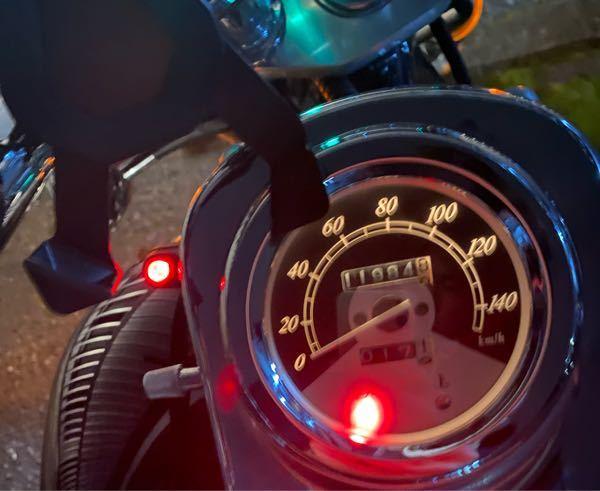バイクについて質問です 写真のように速度計の横に赤いLEDがあります オイルランプかなと思いましたが、エンジンをかけた後もずっと点灯しています 乗っている車種はホンダのマグナ250になります...