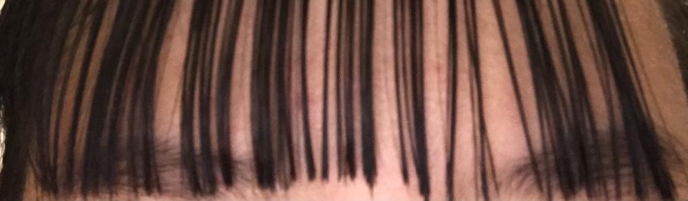 明日始業式なのですが前髪を切って失敗してしまいこうなってしまいました。すごい斜めとかになっちゃってどうしたらいいですか? 眉毛が見えるのは、嫌です 自分でやっちゃったのにすみません。アドバイス下さると助かります