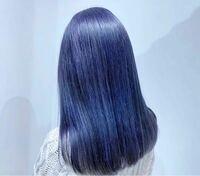 ヘアカラー材について質問です。 1度ブリーチして、「インディゴブルー」?という青っぽい色で染めてもらい、鮮やかさがとても気に入りました。  色落ちしてきたため再び染めたいのですが、プレミアムカラーとクオルシアカラーの2種類があり、どちらで予約したらいいか迷っています。  どちらのカラーを選んでも写真のような青っぽい色にすることは出来ますか??    ちなみに、美容師さんとの会話から考えると、...