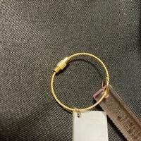このタイプのアクリルキーホルダーの付け方がわかりません。片側は少しだけ動かせるのですが本当に動かせるだけです。 いくら力を入れても取れません。