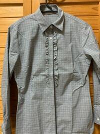 【至急】  専門学校の入学式があります。  AOKIでレディースのスーツセットを購入したのですが、その中のシャツについてです。  鼠色のギンガムチェック(下記の写真)でこれは入学式に着用はよろしいのでしょうか? 選べられるのがこれしかなかったみたいで…(白シャツも購入しました) やはり、下記の写真のシャツの方が可愛いので着用したいと思っています。   早めのご回答お待ちしております。