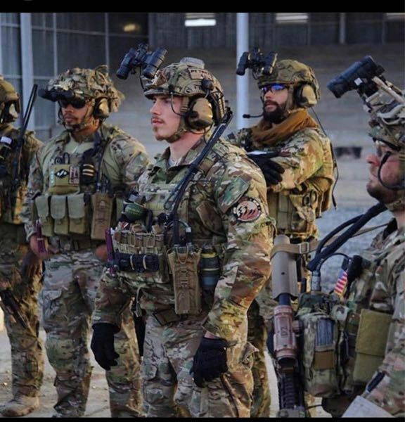 第75レンジャー連隊の兵士の携帯無線についての質問です。 頭部ヘルメットに装着されているヘッドセットへ続く無線機は胴体のどの部分に装備していますか?あまり参考になる写真がなく質問しました_(._.)_ ※写真は参考です。