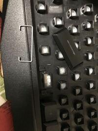 パソコンのキーボード スペースキーをとってしまいはめ方が分かりません メンブレン式?というものでコの字の形をした針金です。自分でやってみて上手くいかずどなたかできる方いませんか? 補足 コの字の開いてる部分をくぼみに入れると思うのですけど入れても浮かび上がってこないんですよね
