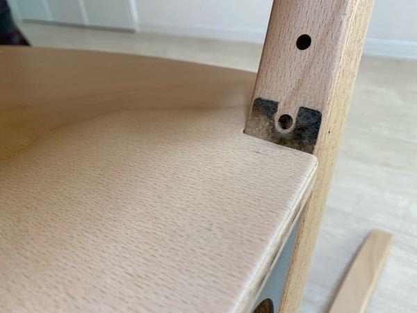夫が息子のリエンダーの椅子の組み立て時に間違えて粘着シールを内側に貼ってしまい、木製の木に強力な粘着シールの跡がべったりついてしまいました。 (写真参照) 結構高価な椅子なので綺麗に跡をなくし...