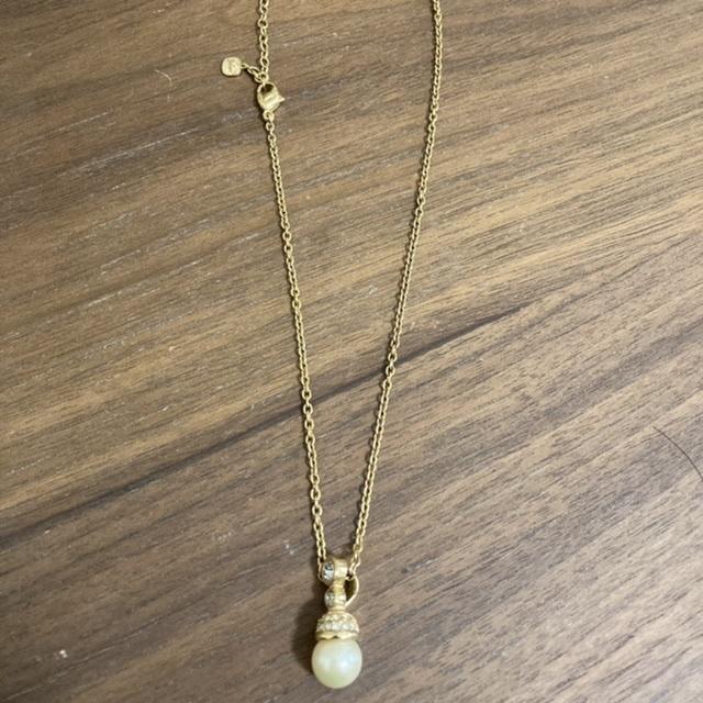 30年くらいに頂いた物になります。 ハワイのお土産になります。 こちらのネックレスはブランド物でしょうか? わかる方いらっしゃいましたら教えて下さい。