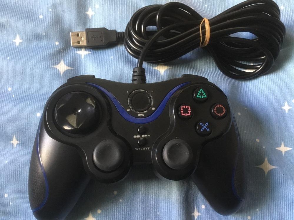 友人から頂いたコントローラー(PS3でも使えました)なんですが どこのメーカーさんのかお分かりになる方教えて下さい。 裏にもシール貼っていません。 宜しくお願い致します。
