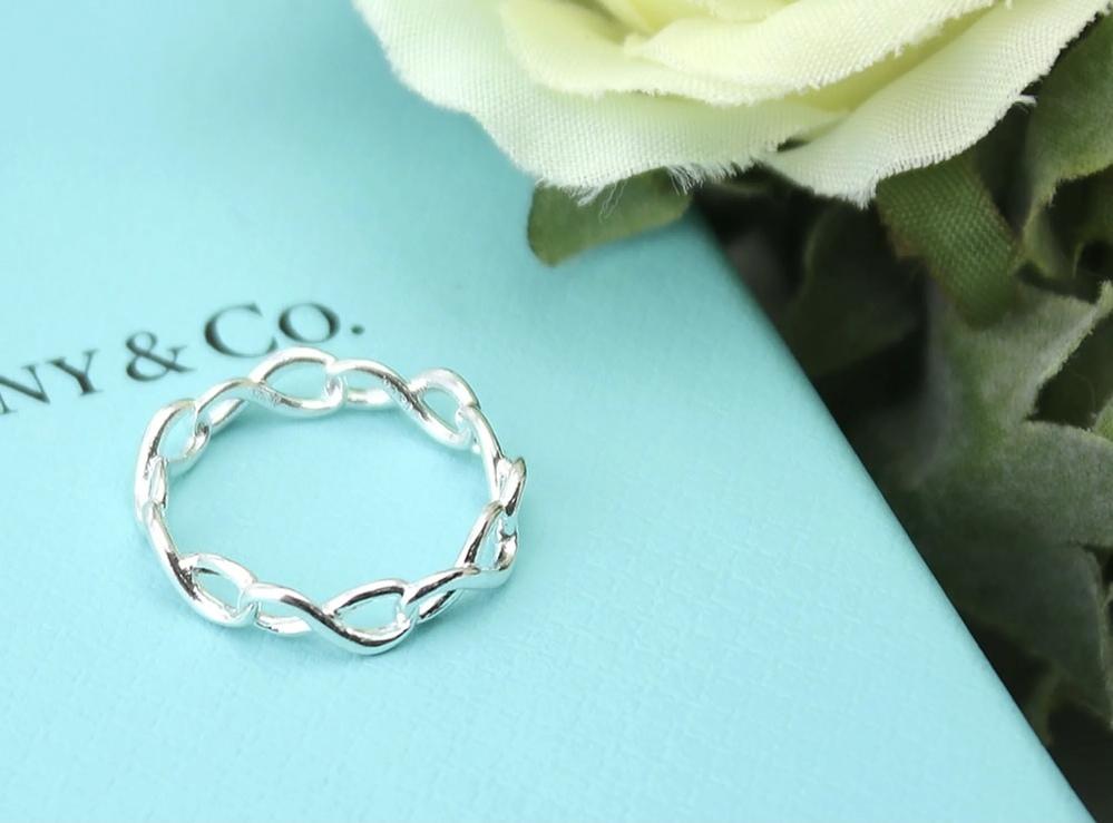 添付の画像の指輪ですが、 男性が付けても違和感がないデザインでしょうか? 彼がインフィニティマークの指輪を希望していて、プレゼントに考えています。
