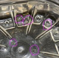 メダカの卵の周りにもやもやがあります。カビですか?    水道水を毎日変えてます。 0.7リットルくらいに8こ入ってます。 エアレーションは家にありません。    水カビだとしたら困るので、一つ一つ手の上で...