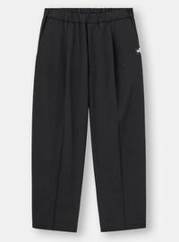 GU×ミハラヤスヒロのコラボで販売されていたワイドパンツ(黒)がとても履きやすくて愛用しているのですが、 白パンツで同じような形の物はありませんか?(GUに限らず)  脚が筋肉で太いのでなかなか合う白パンツがなくて困ってます…