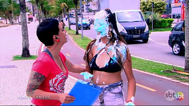 ブラジルのドッキリ番組で、いきなりパイ投げされるのですが、こんなに顔や服を汚されてるのに、なんで笑顔なんでしょうか? 皆さんこんなことやられたら、放送OKしますか? https://youtu.be/2CS-g1FUx8k