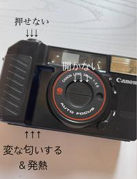フィルムカメラ初心者です。 カメラのシャッター幕が開かなく、シャッターを押しても変な音を出すだけで取れません。カメラは中古品(Canonのautoboy2)で状態は良いです。数時間前までは正常に動いていたのですが、フィルムを装着し、空巻しようと何回かシャッターを押したら使えなくなりました。 あと電池部分が発熱しており、変な匂い(甘めの匂い)がします。使用している電池は単三形アルカリ乾電池1...