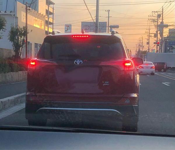 写真の車はトヨタの何という車名の車両でしょうか。 逆輸入車でしょうか? ※ナンバー部分は消去加工しています。