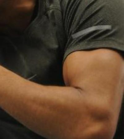 元々アンガールズ田中ばりの細い腕でしたが、トレーニングチューブを使って毎日5~10分アームカール中心にトレーニングしたら半年でこの腕になりました。頑張った方ですか?ちなみに40歳で身長177cm体重62kgです。 元々痩せの大食いですが、プロテインやサプリ系は特別摂取していません。ラーメンやジャンクフード好きです。