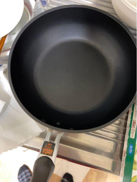 貰い物のフライパンなのですが、鉄製なのかテフロン・フッ素加工のフライパンなのかどうやってわかりますか?