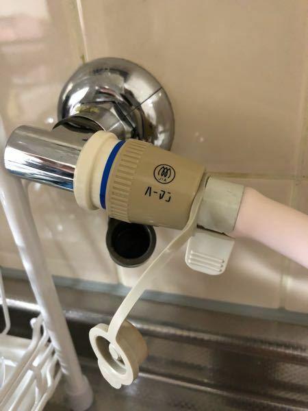 【至急】ガスコンロの元栓について。 写真の通りうちの元栓には、通常ついているはずのつまみがありません。なのでガスコンロ本体を「開」にしても火がつきません…元栓を開けるにはどうしたらいいでしょうか?