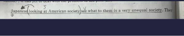 次の画像の文章なのですが、looking at American societyがJapaneseにかかるのはわかるのですが、その後ろのWhatが関係代名詞のwhatになっていることがわかりません。もしWhatが来るならその後ろはSVになると思った からです。 What to them以下の部分の文法的説明をしてもらいたいです。お願いします ♂️ 訳:アメリカ社会を見ている日本人は彼らにとっ...