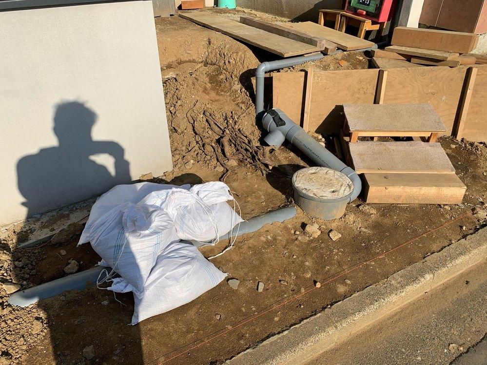 新築を建てて、これから外構工事を始めます。外構工事の方に雨水の配管と排水枡の位置が地面から見えていて、高すぎると言われました。 最低20センチは下げないとコンクリートをうった際にいずれ、割れてし...