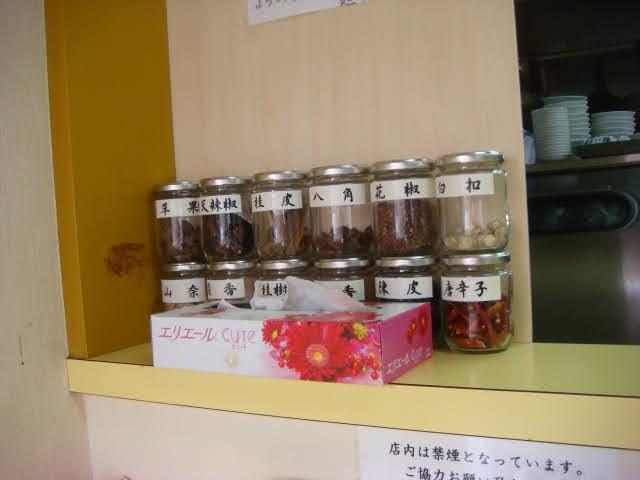 中国香辛料の名前の質問です。 画像の中国語香辛料の名前が読める方がいらしたら教えてください。 ティッシュに隠れて見えないものもありますが。 ●花椒 ●八角 ●陳皮 ●桂皮 ●唐辛子 以外の物を教えてください。
