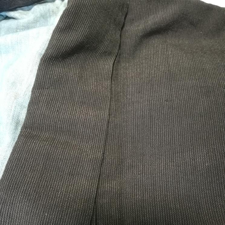 この古布の名称等教えて頂きたいです。 古い倉庫から出てきました。 黒い生地にうっすらと白い縦線があります。 触った感じは綿?木綿?みたいな感じでした。 よろしくお願いします。