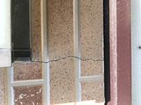築17年の一戸建てで、去年業者に外壁塗装工事をしてもらいました。 昨日大きな窓の下に深い亀裂を発見しました。多分最近出来たと思います。このまま放置すると水漏れの原因になってくるのかと思い、心配していま...
