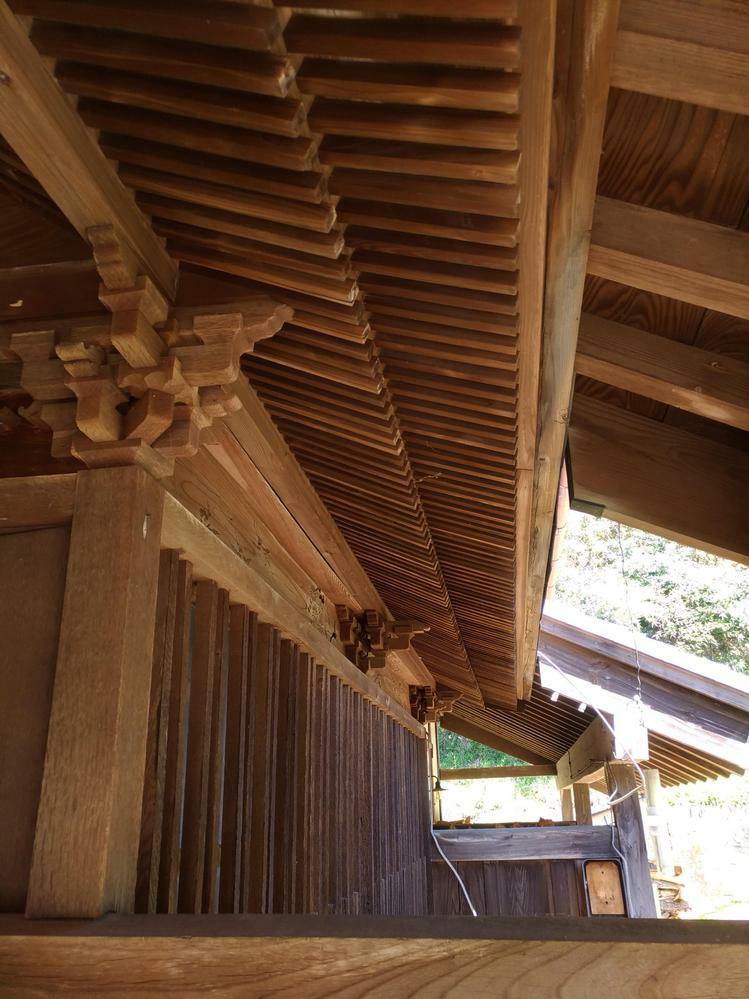 この木組みの呼び方、建築方法や工法など詳しいことをご存じの方がいらっしゃたら教えてください。 千葉県内房にある約100年前の古民家の軒下なのですが、この組み方や中央の彫った感じがとても気に入っており、詳しいことを知りたいと思っています。これは何か有名な組み方なのでしょうか。また、写真ではやや分かりにくいですが、中央に絵柄(梅と鶴のようなもの)が掘ってあり、当時流行ったりしたものなのでしょうか。