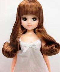 リカちゃん人形(下写真)のような髪色にしたいのですが①ブリーチなしでもできますか?②この色はなんていう色味ですか?回答お待ちしています。 ※写真引用リカちゃんキャッスルより