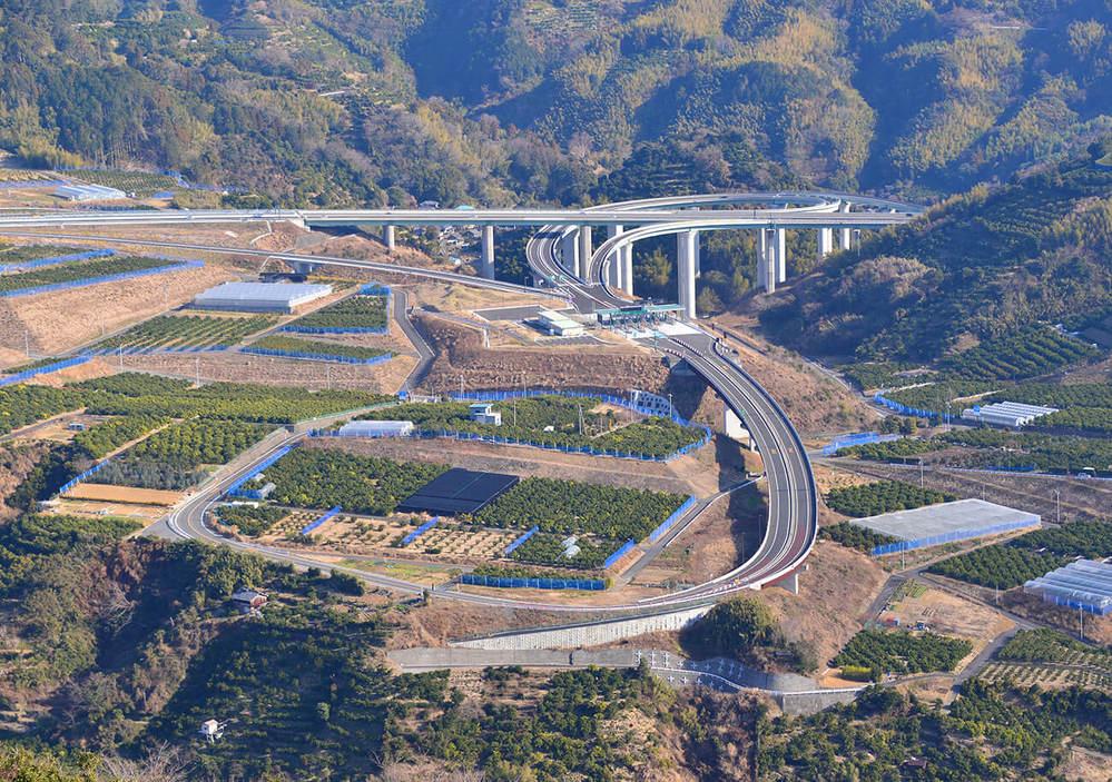 田舎の高速道路は利用者が少ないことを理由にETC非対応とせず端から無料で開通させることもあるのですか?