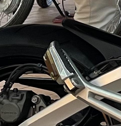 バイクの錆び取りについて。 下の画像のようなステップの錆を取るにはどうすればいいのでしょうか? 方法やおすすめの錆び取り剤がありましたら、お教えいただけると幸いです。