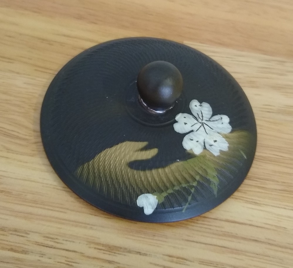 焼き物に詳しい方。 桜を描いた常滑焼きのお気に入りの急須をすべり落としてしまいました。蓋のつまみが取れています。 木工用ボンドで修繕しても洗ってるうちに取れるでしょうか?