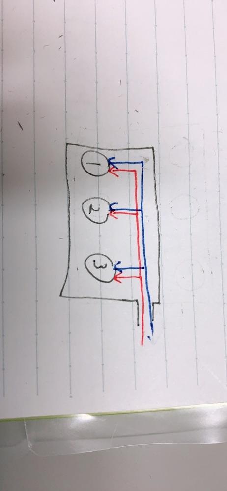 エアーの配管方法について 以下の画像のように1つの筐体の中に複動のエアシリンダ1,2,3があり、押し側と引き側の経路を赤と青の線で書いてあります。このとき、 1,このような経路では、供給口に一番近いエアシリンダ3に一番効率よくエアが供給され、一番遠いエアシリンダ1は効率が悪くなる(動きが悪くなる)といったことは起きやすくなるのでしょうか? 2,筐体内の配管は直角ですが、それよりも角を丸く...