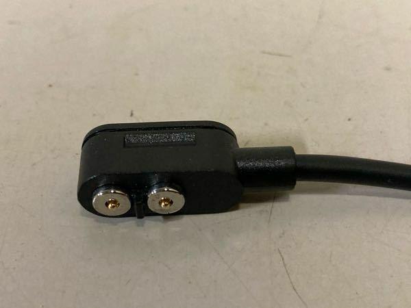 マグネット式のUSB充電ケーブルについて教えてください。 レッドレンザー(ヘッドライト)の充電ケーブルの先がマグネット式なのですが 一度外れた時に近くの鉄板に、くっついてしまい すぐに焦って外した事がありました。 幸いショートとかは、しなかったみたいでした。 たまたまショートしなかっただけなのでしょうか? それとも保護回路が内蔵されてるのでしょうか?