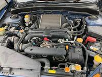 バッテリー電圧とエンジンルームの汚れについて 免許取得&納車されて半年くらいになるものです。 車種は中古のCBA-GH8 インプレッサの2.0GTです。 この車にはバッテリー電圧の計測が出来るメーター?みたいなものがついています。 普段はだいたい14vくらいで安定していたのですが、今朝は走行中に13vくらいだったりそれを下回ったりと、非常に不安定でした。 走行に支障はなかったし、バッテリー液...