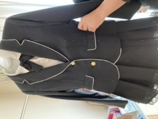 急にお葬式に出ることになり、小6の娘の服装について質問です。 このような入学式や卒業式に着るようなもので問題ないでしょうか? 金のボタンは付け替えるべきですか? よろしくお願いします。