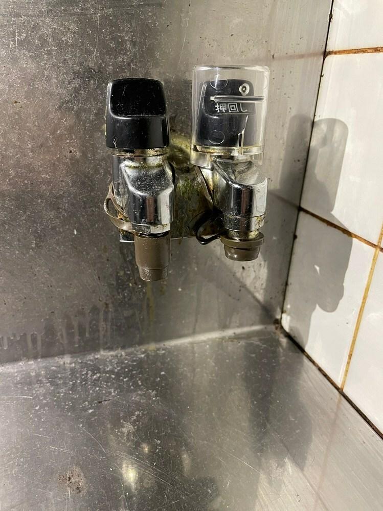 引っ越しに伴い、以下ガステーブル(ガス台)を購入しました。 商品 IC-S87K-L 12A13A 寸法 W592×D461×H218 ガスのホースを購入したいのですが、 引っ越し先のガスの元栓が ホースエンド型なのかコンセント型なのかが分からないため、写真をご参考に教えてください。 また、置き場の右側に元栓が位置しているため、 ホースの長さは、ガステーブルの横幅にあたる59cm+αのもの...