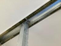 軽量鉄骨、ランナーの撤去方法について質問させてください。 画像のようにランナーが天井に固定されております。これを撤去したいのですが、方法をご存じの方がいらっしゃいましたら教えていただけると助かります...