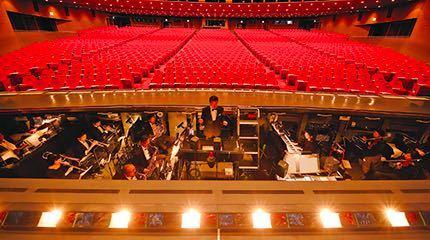 私は宝塚が好きでよく観劇に行くのですが 宝塚は専属のオーケストラが演奏していて その迫力にいつも圧倒されています。 そこでふと気になった事があります。 ・何名か楽器を掛け持ちされているのです...