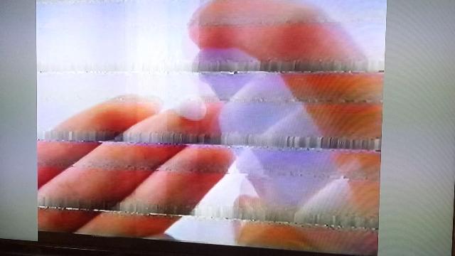 今度はvhsホームビデオについての質問をさせて頂きます。 以前、質問させて頂いた早送り巻き戻し時に出現する横縞ノイズの出方についての質問です。 ↓のノイズの出方は、標準モードですが、テープが劣化...