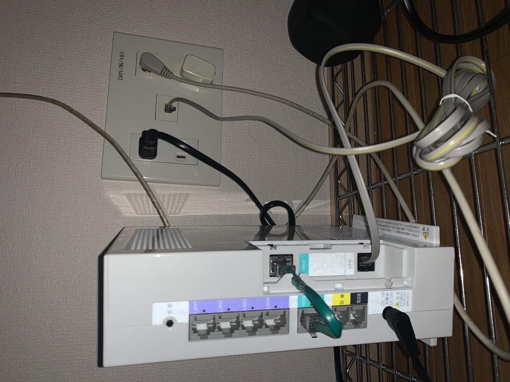 Wifiルーターを新調したところ、付属のLANケーブル(カテゴリ5e)では接続できなかったため、教えてください。 現在マンションにて、au光回線を契約しております。 現在レンタルしているルーターでは、画像のような配線でうまく動作しております。 新たに購入した無線LANルーター(Aterm WG2600HS2)の付属のLANケーブル(カテゴリ5e)では、壁の差込口には大きすぎるため、差し込む...