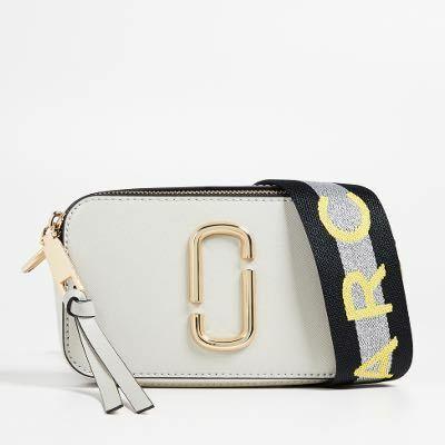 マークジェイコブスのバックの購入を迷っているのですが、マイケルコースの2つ折り財布は入るのでしょうか。 どなたか分かるかたいらっしゃいませんか。 バックはこれです。