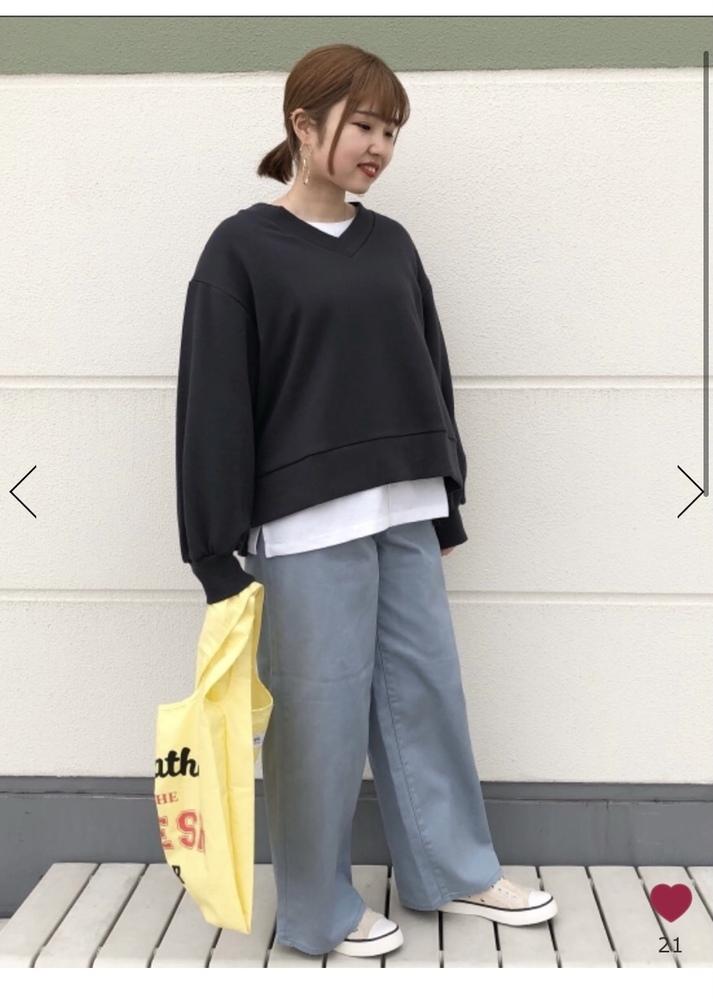 画像のコーデをしたいのですが、ズボンの裾を折って履いたら変ですか?