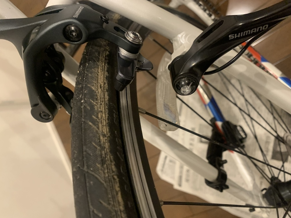 クロスバイクのブレーキをSHIMANO ULTEGRAに変えたいのですがタイヤにあたってしまいます。 キャリパーを一番下にやったのですができませんでした。 対処法をください。